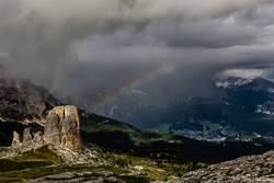 Unwetter in den Dolomiten mit Regenbogen