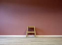 Tritt vor Wand mit komischer Farbe...
