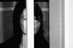 Mädchen hinterm Fenster