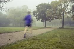 Joggen bei morgendlichem Nebel