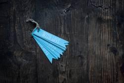 blaue Anhänger auf Holzuntergrund