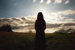 Mädchensilhouette vor Sonnenuntergang