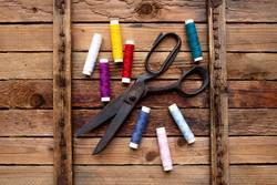Weinlese-Hintergrund mit nähenden Werkzeugen