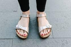 Rote Nägel in silber Sandalen