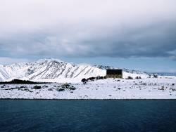 Alte Kirche im Schnee