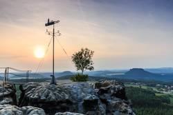 Wetterfahne auf dem Gohrisch mit Festung Königstein