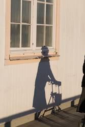 Schatten von einer Dame mit Rollator
