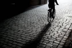 Fahrradfahrer auf Kopfsteinpflaster
