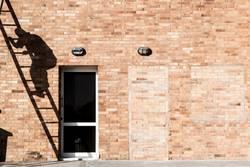 Schatten eines Handwerkers auf einer Leiter