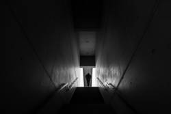 Eine Person geht eine Treppe hinauf