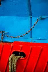 Festmacherleine an einem rot-blauen Fischkutter