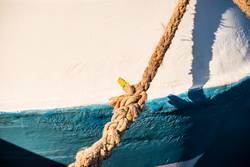 Festmacherleine an einem Fischkutter