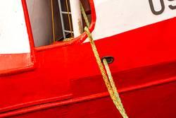 Festmacherleine an einem rot-weißen Fischkutter
