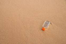 Flachmann, weggeworfen am Strand