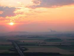 Sonnenaufgang vor Braunkohlekraftwerk