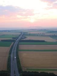 Sonnenaufgang über der Autobahn