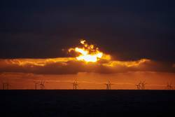 Sonnenuntergang über Offshore-Windpark