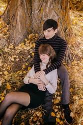 Junges Paar, das zusammen einen Herbsttag genießt