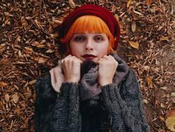 Schöne und Rothaarigefrau an einem Herbsttag