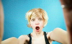 Selbstporträt einer jungen überraschten Frau