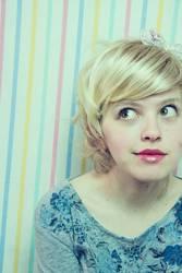 Buntes Portrait einer jungen blonden Frau