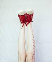 Beine der jungen Frau mit Messspuren
