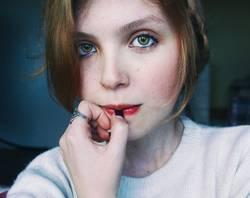 Schüchterne blonde junge Frau