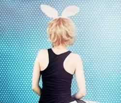 Hintere Ansicht von tragenden Hasenohren einer jungen Frau