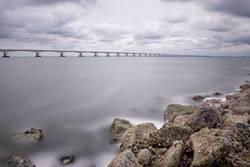 Küste mit langer Brücke