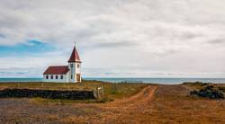 Abgelegene Kirche am Meer in Island