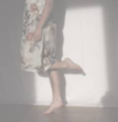 tanzt und tanzt auf einem Bein