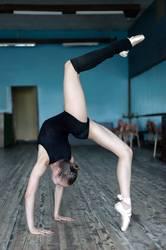Junger Balletttänzer, der im Studio übt
