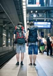 Zwei Teenager mit Rucksack am Bahnhof in Berlin