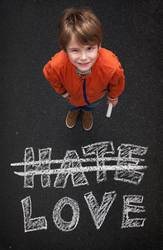 Junge mit Kreide will Kein Hass sonder Liebe