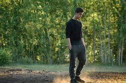 Nachdenklicher Teenager wandert im Wald