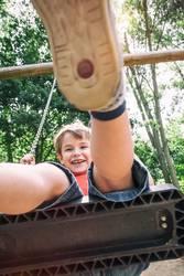Kleiner Junge auf ein Schaukel im Park