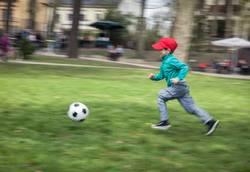 Kleiner Junge und Fußball
