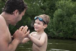 Vater und Sohn haben Spass im Wasser