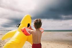 Entschlossener Kleiner Junge am Strand