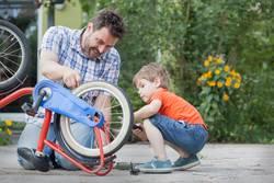 Vater und Sohn reparieren zusammen ein Fahrrad