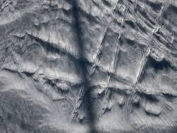 schnee, vom wind gezeichnet
