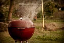 Rauchender roter Kugelgrill
