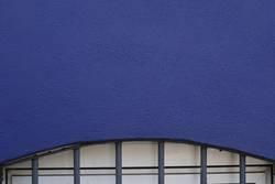 Blaue Wand mit Fenster