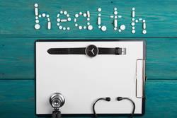 Gesundheitskonzept - Pillen, Stethoskop, Klemmbrett