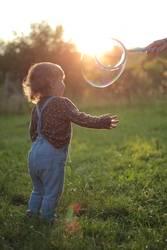 Seifenblase Kleinkind Wiese Sonnenuntergang