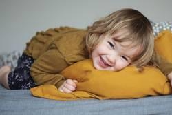 Kleinkind Bett lachen Kissen
