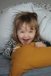 Bettdecke verstecken Kleinkind Spass