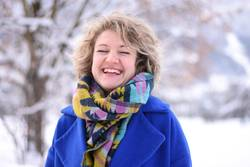 Winter, bunte Kleidung, Augen geschlossen, lachen