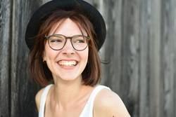 Junge lachende Frau, Brille, Hut, hübsch