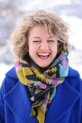 Voller Freude und Farbe! Blonde Frau, lachen, bunt